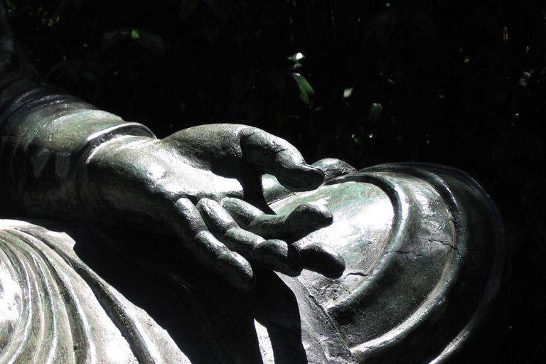 die linke Hand einer Buddha-Statue bei dem japonischen Teegarten in San Francisco; 11. Juli 2006